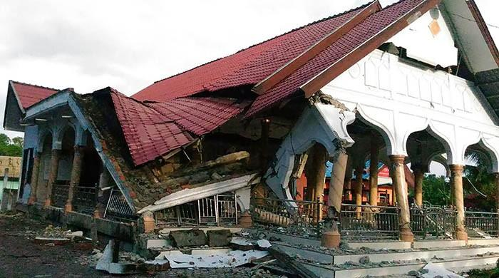 At_least_25_dead_in_Indonesian_earthquak